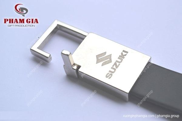 in logo lên kim loại - in logo Suzuki lên móc khóa thắt lưng